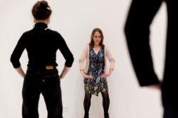 Docent en leerling die een qigong pose oefenen