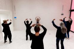 groepje mensen rechtopstaand dat een qigong pose oefent