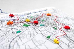 stadskaart met de wegen geborduurd in kleur