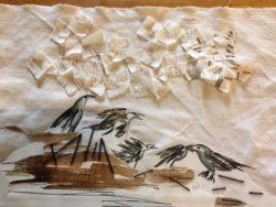 Bout de tissu beige avec corbeaux dessinés au marqueur noir, par-dessus lesquels sont cousues de petites pièces de tissus.