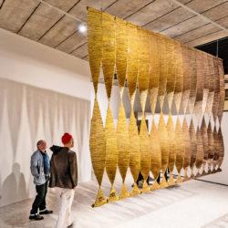 """Deux visiteurs regardent an oeuvre dans l'exposition """"Soft? Dialogues Tactiles""""."""