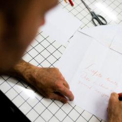 persoon die een boodschap op een papier schrijft