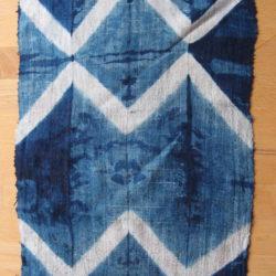 Indigo geverfde stof met geometrische patronen