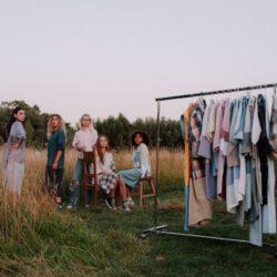kledingrek met jurken gemaakt van hemden, mannequins in jurken gemaakt van hemden,. Achtergrond: prairie