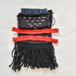 Patchwork van indigo en jeansstof aan elkaar gezet met witte zichtbare rijgsteken