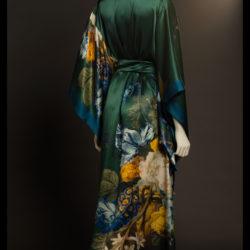 Kimono in met tuberozen bedrukt zijdesatijn