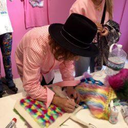 Sebastian Masuda signeert een tote bag