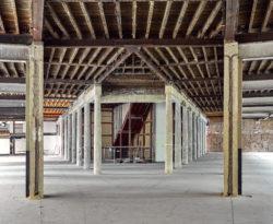 De tentoonstellingsruimtes worden volledig gestript en aangepast aan de hedendaagse normen rond techniek en klimatisatie