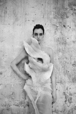 Affichebeeld voor de tentoonstelling Olivier Theykens - She walks in beauty in MoMu. Het model Hannelore Knuts draagt een jurk van Nina Ricci ontworpen door Olivier Theykens.