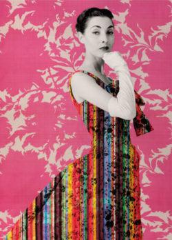 Affichebeeld voor de tentoonstelling Zijde & Prints uit het Abrahamarchief. Een collage toont een model met een gestreepte jurk in felle kleuren geposeerd voor een felroze bloemenprint.