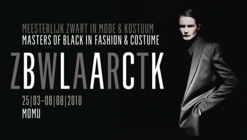 Affichebeeld voor de tentoonstelling: ZWART. Een mysterieus androgyn model met zwart kostuum lijkt te verdwijnen in de zwarte achtergrond
