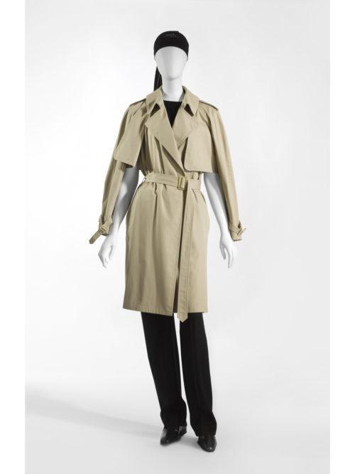 """Transformeerbare trenchcoat in katoenen gabardine, mouwloze trui in kasjmier en zijde, wollen broek, """"Losange"""" hoofddoek in zijden crêpe."""