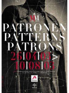Affichebeeld voor de tentoonstelling PATRONEN. Een donkergrijze uniformvest van A.F. Vandevorst wordt bedolven onder een lijnenspel van patroontekeningen.