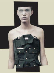 Affichebeeld voor de tentoonstelling Katharina Porspekt. Een collage toont ons een model gekleed in A.F. Vandevorst tegen een achtergrond met een groot zwart kruis. Haar ogen zijn bedekt met een transparante voile.
