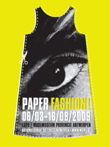 Affichebeeld voor de tentoonstelling PAPER FASHION. Een cut-out papieren jurk met print van een oog staat op een felgele achtergrond.