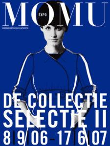 Affichebeeld voor de tentoonstelling De MoMu Collectie: Selectie II. Een collage toont een oude modefoto van een model met een overschilderde jurk in koningsblauw.