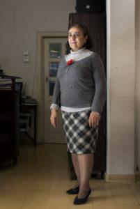 Vrouw staat in haar woonkamer