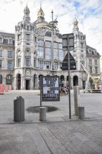 Billboard met quote 'Modern is not synonymous with Western'. Billboard staat voor het Centraal Station in Antwerpen