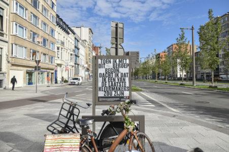 Billboard met quote 'Toen ik met dit beroep begon, dacht ik dat ik een van de laatste kleermakers zou zijn.' Billboard staat op de Italielei in Antwerpen