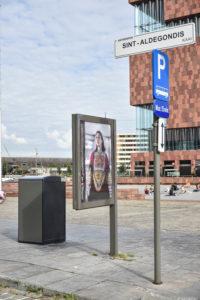 Billboard met foto van meisje in Pakistaanse klederdracht. Billboard staat voor het MAS in Antwerpen