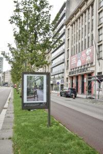 Billboard met beeld van model tijdens African Fashion Week in Brussel. Billboard staat naast theaterzaal Elckerlyck in Antwerpen