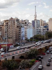 Straatbeeld in Beiroet, Libanon: Een brug waar auto's op rijden met in de achtergrond hoge gebouwen