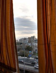 Uitzicht uit het raam van Samira Salah. Beiroet, Libanon. Je ziet de straten