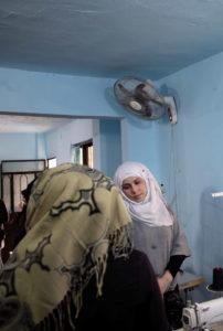 Twee vrouwen tijdens een naaiatelier in Shatila, Palestijns vluchtelingenkamp. Beiroet, Libanon (2019)