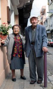 Ouder koppel poseren voor een foto op de straat