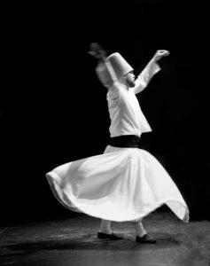 Tahsin Surucu of the Haqqani Mevlevi Dervishes danst op een podium
