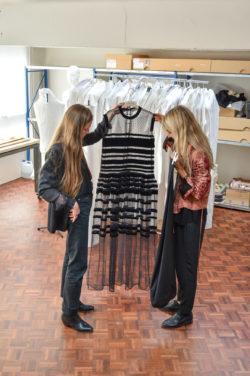 Sennek, MoMu curateur Elisa et la tenue de scéne de Sennek, conçu par Veronique Branquinho