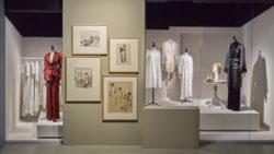 Scenografiebeeld van de expo Rik Wouters & het huiselijk utopia. In het beeld zie je pyjamasilhouetten in combinatie met schilderijen van Rik Wouters