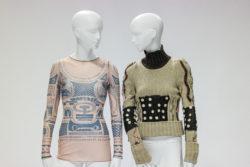 Links: Doorschijnend nude shirt met lange mouwen, bedrukt met blauwe patroon. Rechts: Gebreide trui