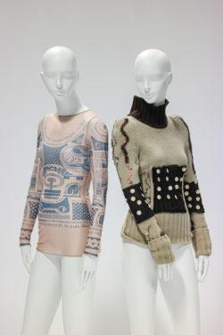 Links: Doorschijnend nude shirt met lange mouwen bedrukt met blauwe patronen. Rechts: Gebreide trui