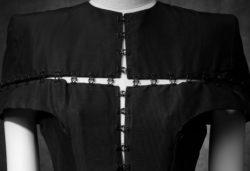 zijden jurk met haak- en oogsluiting aan de voorzijde in de vorm van een open kruis
