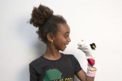 Kind met het DIY resultaat: sokkenpop