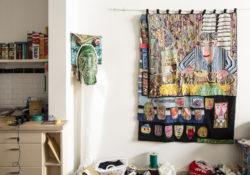 Klaas' atelier met borduurwerk op de muur