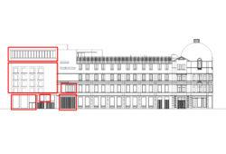 De afbeelding toont het zijaanzicht van het MoMu-gebouw aan de Drukkerijstraat met een nieuwe verdieping, blinde gevel, dubbelhoog auditorium, educatieve ruimte boven de garage en een nieuwe poort.