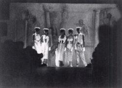 Sfeerbeeld show 1978 in de Lange Zaal van de Academie: 5 modellen op de catwalk
