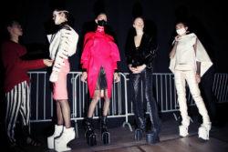 Backstagebeelden show 2011: 4 modellen dragen platformbotten