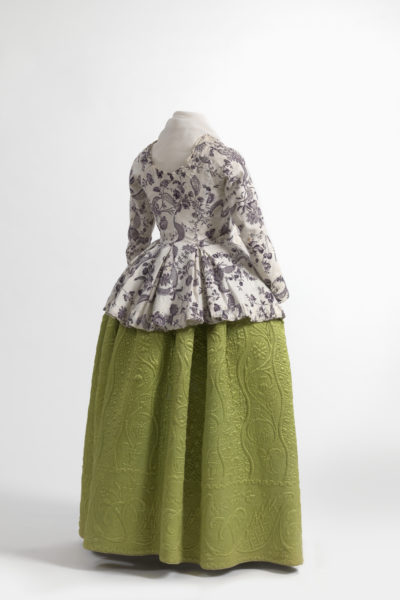 Caraco jacket in printed linen, skirt in quilted silk satin