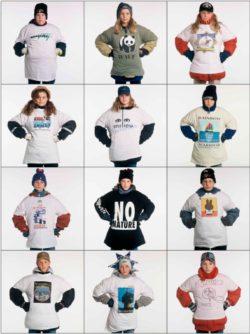 Enfants vêtus de t-shirts portant des slogans et des images d'activiste