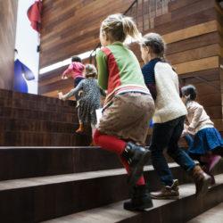 kinderen die de trap van MoMu oplopen