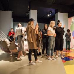 groep jongeren in expo